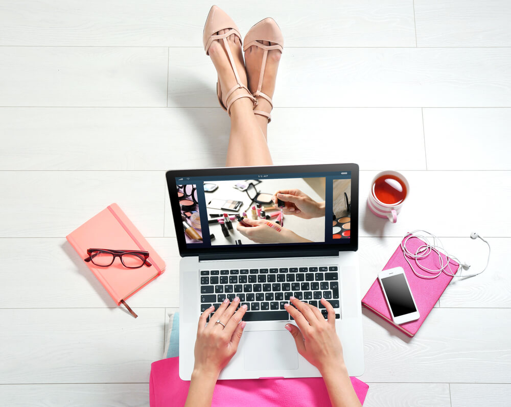 PCを使う女性の画像