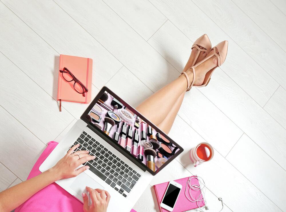 ノートパソコンを開く女性