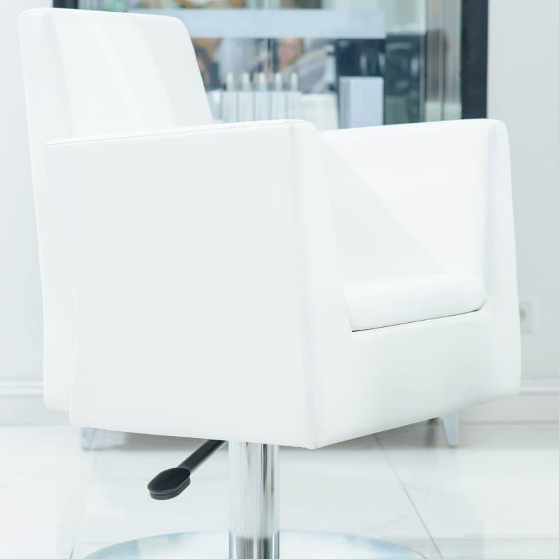 ヘアサロンの白い客席