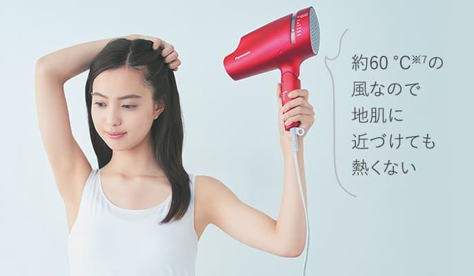 パナソニックヘアードライヤー ナノケア EH-NA0Bのスカルプモードで髪を乾かす女性