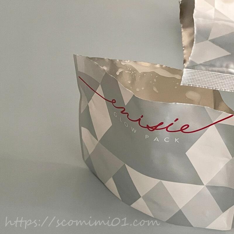 1料の袋のマチを広げ2料の粉末を入れます.袋の口は簡単にきれいに切れるのでストレスレス
