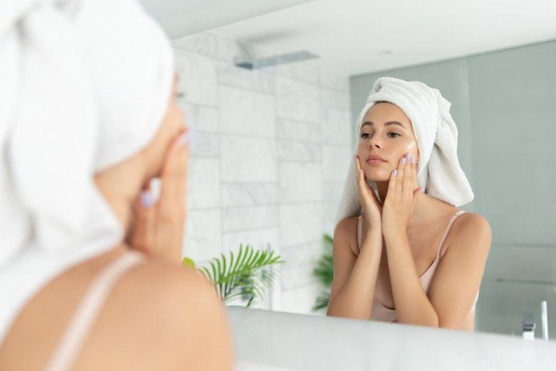 鏡を見ている若い女性