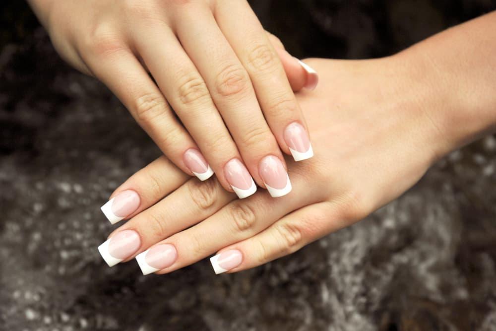 爪のピンクの部分が美しく伸びた爪